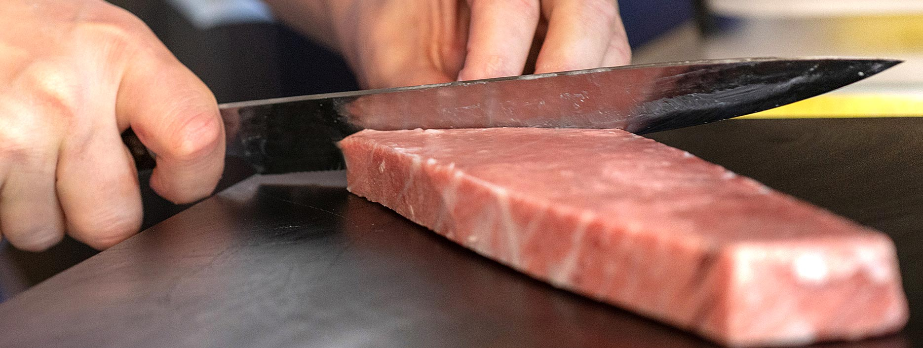 Chef cocinando con atún rojo Fuentes